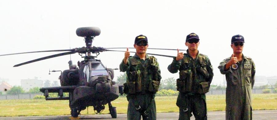 駕駛阿帕契直升機的李晞昱教官、陳龍謙教官,與負責直升機保修的游建朋士官長。(photo by 杜胤廣/台灣醒報)