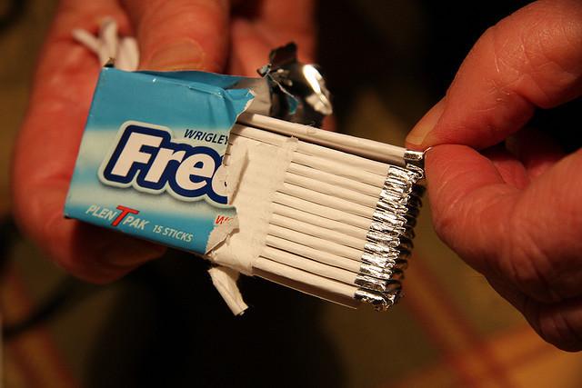 以色列特拉維夫大學附屬醫院發現,青少年愛嚼口香糖,可能會造成出現偏頭痛的風險提高。(photo by  spacebahr on Flickr- used under Creative Commons license)