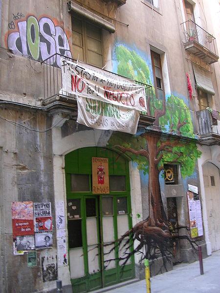 西班牙的佔屋運動盛行,不少空屋都被做為活動中心或工作坊,吸引藝術家及年輕人進駐。(photo by 維基百科)