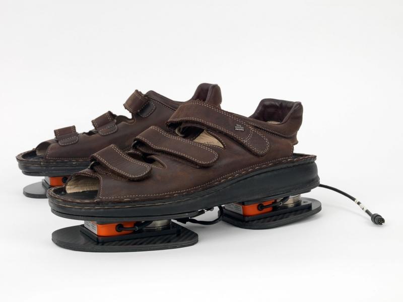 美國太空總署NASA為了防止太空人在外出進行太空旅行時偷懶,請3D運動技術公司Xsens開發了智慧型涼鞋「ForceShoes」 (photo by NASA)
