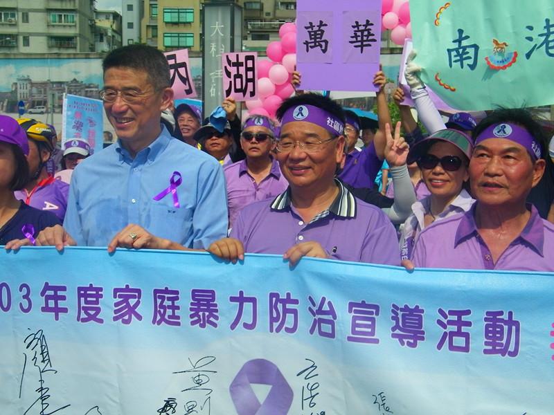 我紫在乎您、社區鈴暴力」活動,29日在北市延平公園舉行,市民穿著紫色衣物、頭戴紫色頭巾,傳達反家暴的決心。(photo by 陳正健/台灣醒報)