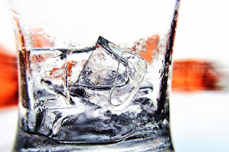 研究發現,缺鐵性貧血患者「嚼冰塊」,有助增加腦部血流量,促進大腦神經細胞運作。(photo by維基百科)
