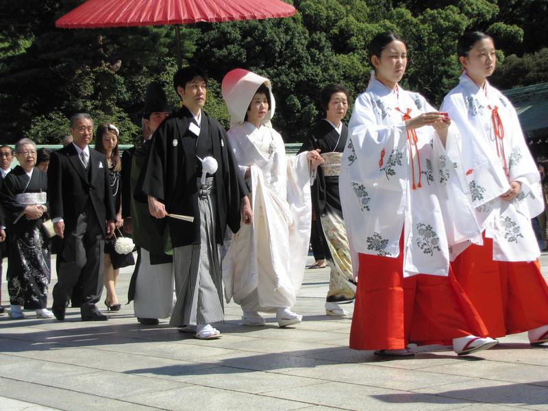 儘管科技快速發展,日本的社會制約卻始終難以改善,使得適婚男女都不願走入婚姻。(photo by維基百科)