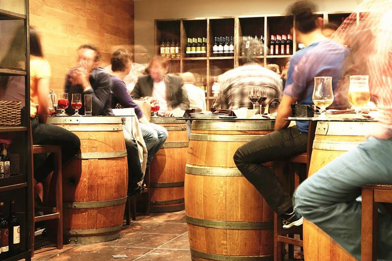 美國國衛院打造了1家「假酒吧」,藉此測試戒酒藥物的療效。圖為示意圖。(photo by pixabay.com)