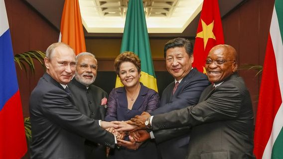 Brics_heads_of_state_and_government_hold_hands_ahead_of_the_2014_g-20_summit_in_brisbane__australia_(agencia_brasil)