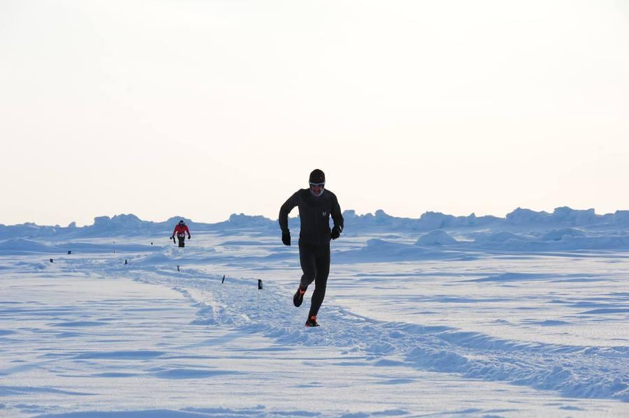 參與北極馬拉松的選手必須忍受零下40度的低溫跑完42公里,考驗其耐力和毅力。(photo by North Pole Marathon on Facebook)