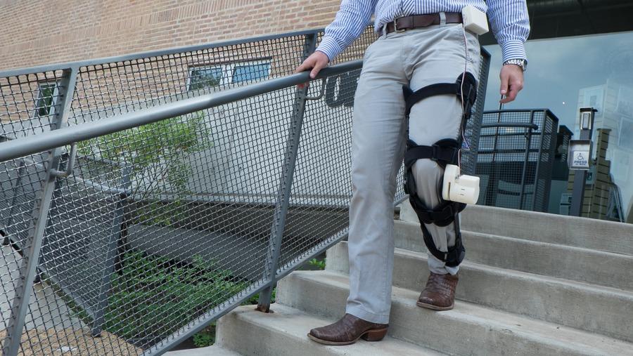 裝在膝關節上的人工支架可藉由腳步運動發電,期望能為人工心臟提供電力。(photo by 萊斯大學官方網站)