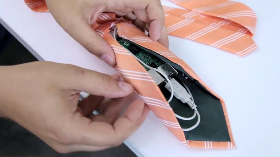 裝有Wi-Fi熱點功能的TieFi領帶,主要是希望讓小孩能夠增進和父親的互動。(photo by 網路截圖)