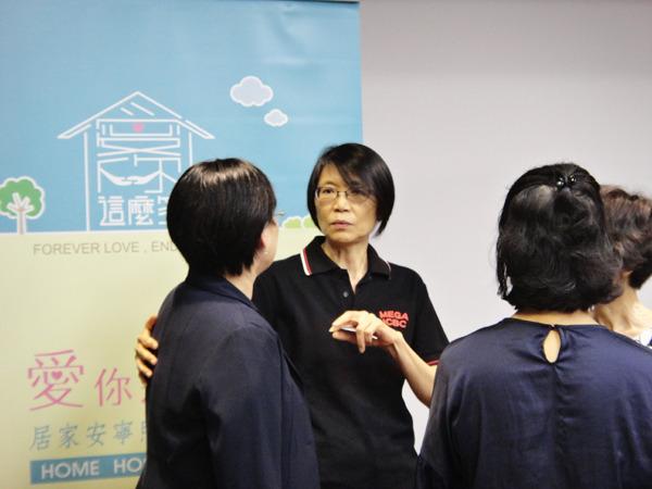 總統夫人周美青(中)6日出席《愛你那麼多─居家安寧的選擇》首映。(photo by 鄭羿菲/台灣醒報)