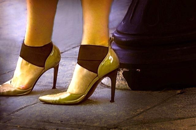 研究顯示,高5尺8吋的女人摔斷髖骨的機率,比5尺2吋的女人高出2倍,指出較高的人活動通常較笨拙。(photo by Vee on Flickr –used under Creative Commons license)