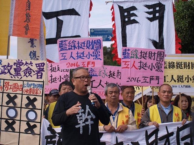曾被政府因違反集遊法起訴的關廠工人連線代表毛振飛,呼籲工人要團結爭取權益。(photo by 黃捷/台灣醒報)