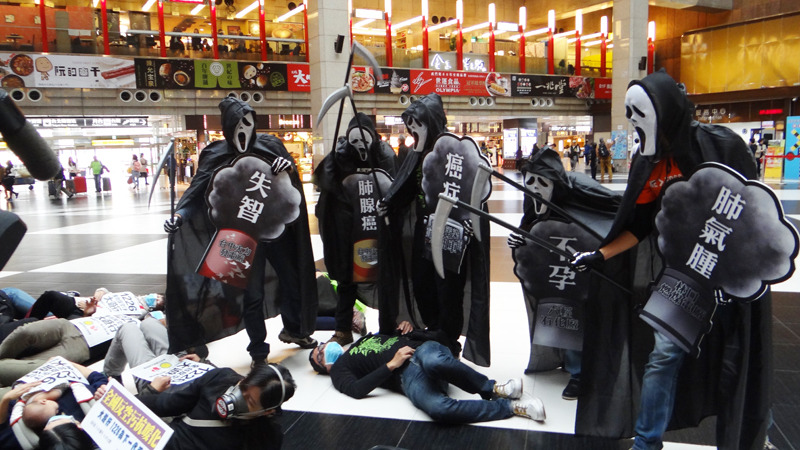 台灣健康空氣行動聯盟等環保團體10日於台北車站大廳進行「快閃」活動,抗議政府在空汙處理沒有做為。(photo by 賴仲偉/台灣醒報)