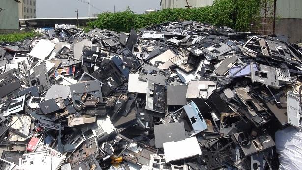 電子廢棄物是全世界去年數量成長最快的廢棄物。(photo by baselactionnetwork on Flickr –used under Creative Commons license)