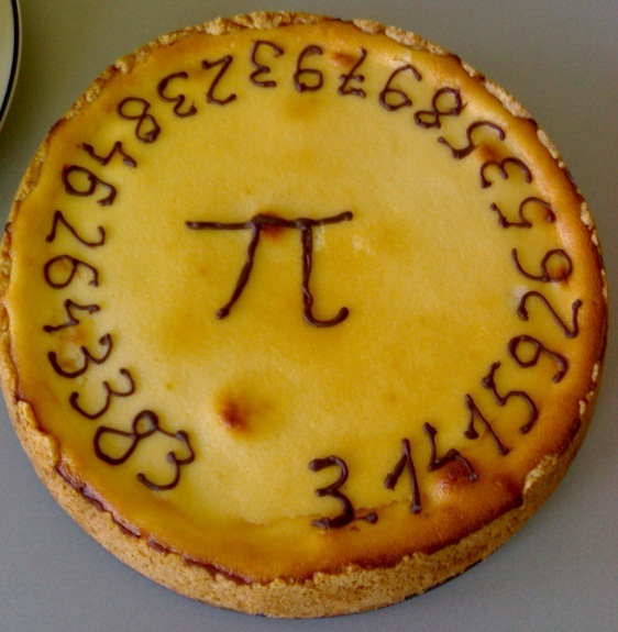 美國店家會在派上寫上圓周率π圖案,慶祝圓周率節。(photo by wikipedia)