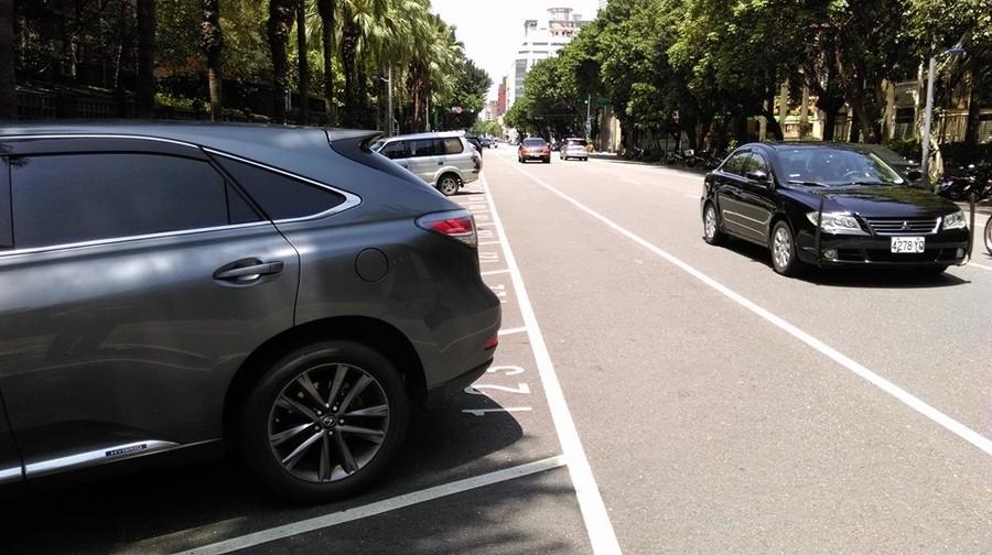 我國停車位設計只圖停入方便,不在乎進出安全。(圖:本報資料室)