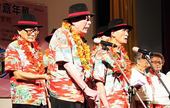 平均年齡87歲的仁濟院安老所合唱團,賣力的唱著歌,令台下人都拍手叫好。(photo by 林亭妤/台灣醒報)