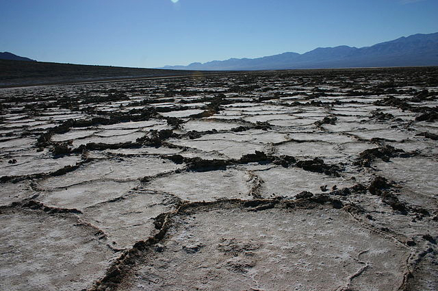 640px-hexagonal_shaped_salt_crust_at_badwater
