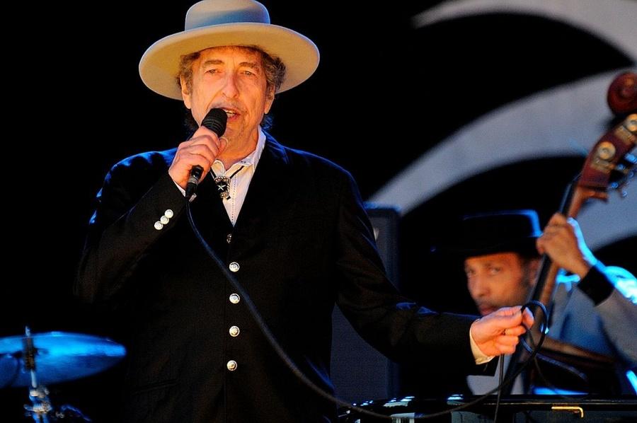 創作反戰歌曲「隨風搖曳」的美國60年代民歌手鮑布狄倫,榮獲2016年諾貝爾文學獎。(photo by 維基百科)
