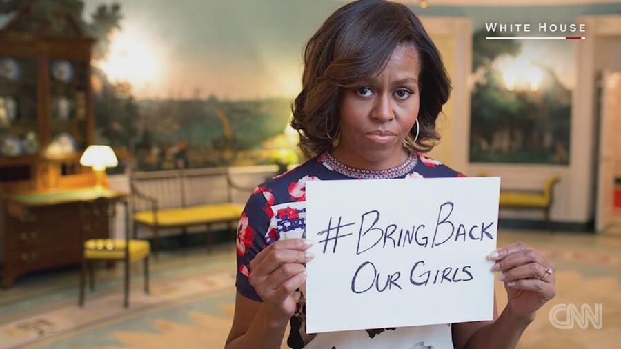 圖說:美國前第一夫人蜜雪兒手持立牌,聲援「帶回我們的女孩」運動。(photo by CNN影片截圖)
