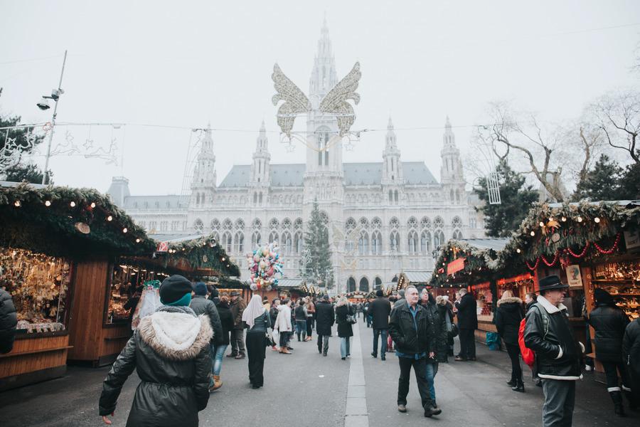 People-walking-around-at-the-gift-shop-vienna-austria