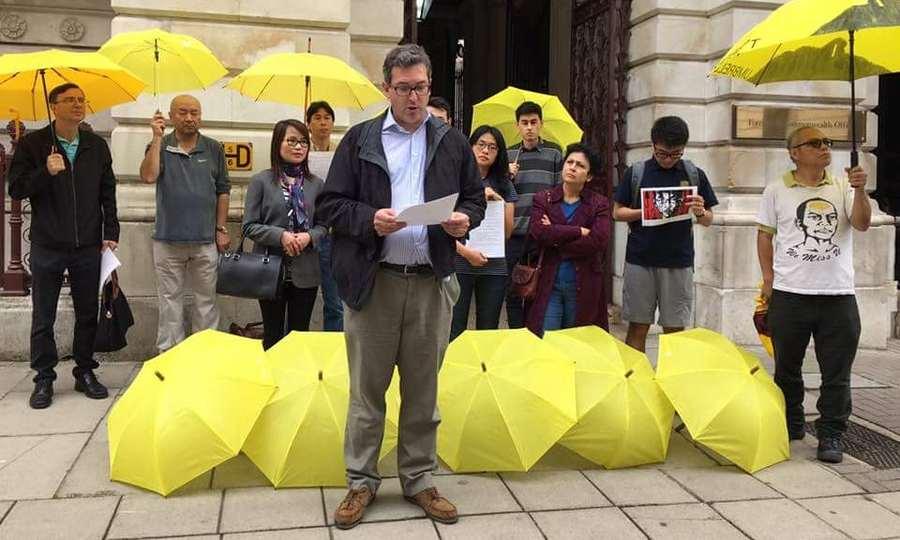 英保守黨人權委員會副主席羅傑斯與黃之鋒等人有私交,雙學三子被判囚後,他曾前往英國外交部示威並發起絕食行動,抗議港青因抗爭被判監,以及英方的沉默。(photo by Benedict Rogers)