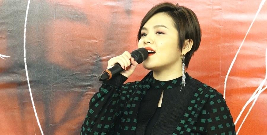 劉思涵在23日記者會上,演唱了在孤獨世界中渴望重生的新歌《寂寞綁架》。(photo by 洪進安/影片截圖)