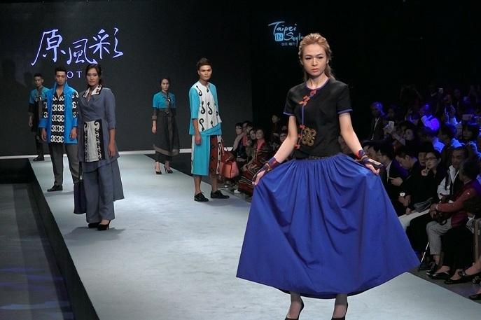 設計師將傳統元素與現代服裝融合,非常獨特。(photo by洪進安/台灣醒報影片截圖)