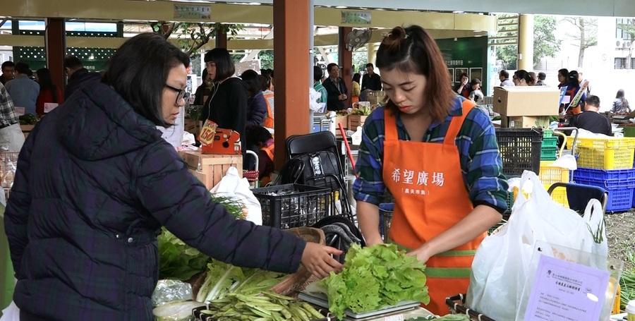民眾購買有機蔬菜也精打細算。(photo by 洪進安影片截圖)