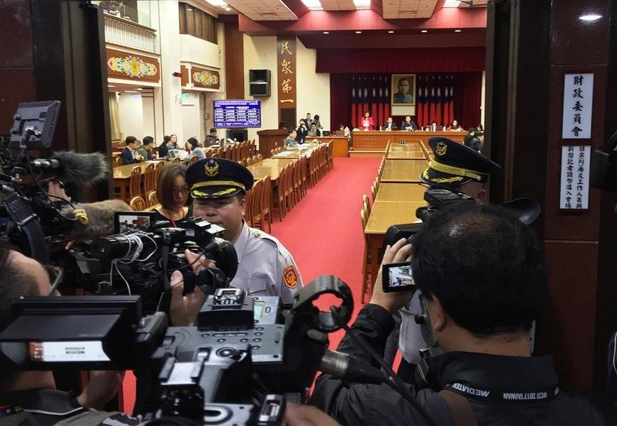 媒體在財委會召開的會議中,被隔絕在俗稱9樓2樓的媒體區,引起立委杯葛。(photo by林晏如/台灣醒報)