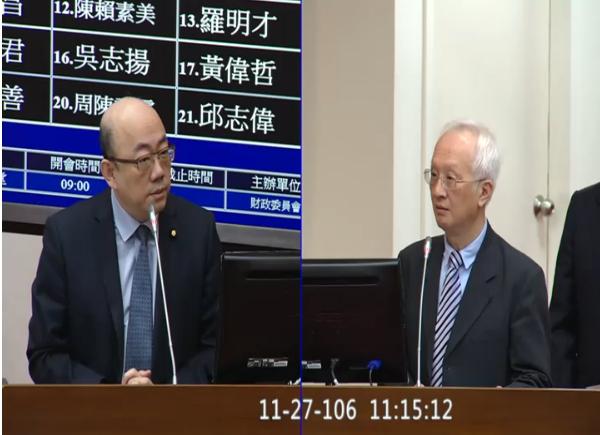 針對慶富案違約一事,一銀新任董事長董瑞斌(右)27日率先表態不展延。(photo by立法院直播截圖)