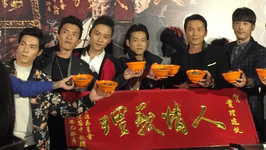 顏正國(右3)帶領演員們以「滷肉飯」代酒乾杯。(photo by 洪進安/台灣醒報)