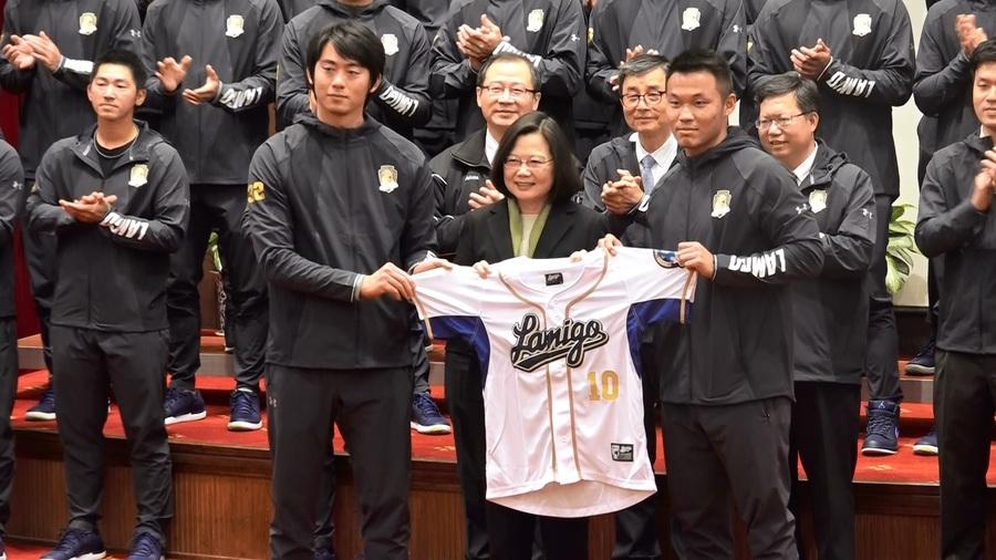 王溢正(左)與王柏融(右)代表球隊送球衣給蔡總統。(photo by 洪進安/台灣醒報)
