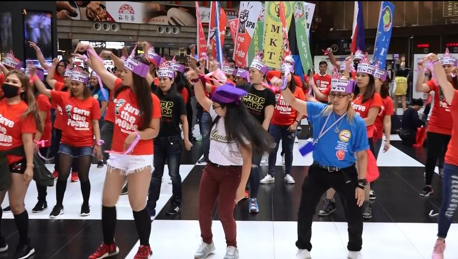 圖說:約50名移工在台北車站舞蹈快閃活動,為女性移工發聲,訴求反對性別暴力與勞動剝削。(photo by 洪進安/台灣醒報)