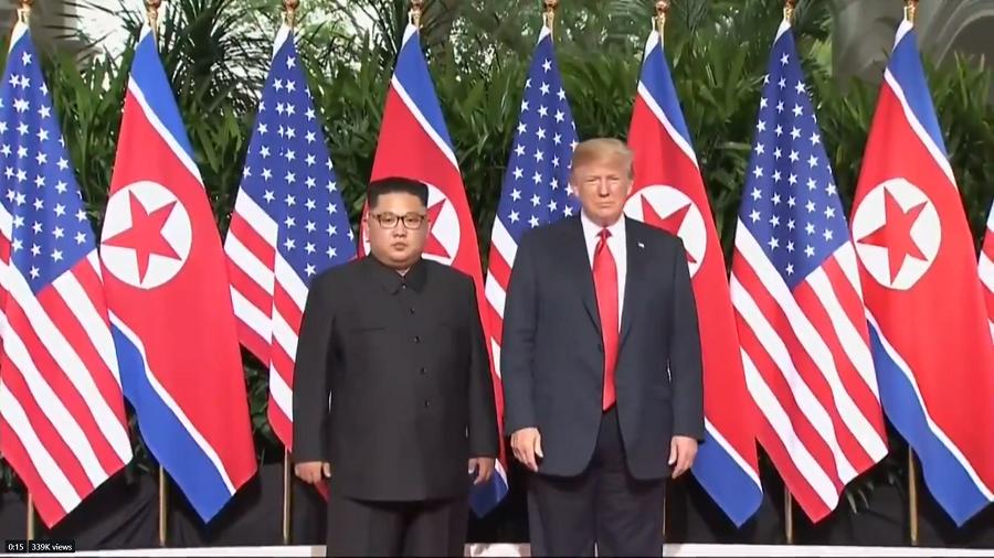 美國總統川普與北韓領導人金正恩先上演「世紀之握」,這也是歷史上美國與北韓最高領導人的會晤。(photo by 美國國務院影片截圖)