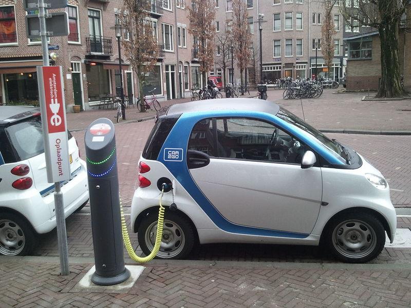 為減少空汙,電動車將是未來歐陸各國的趨勢,而順勢推出的英國民調更說明,年輕世代的接受度較高。(photo by Pixabay)