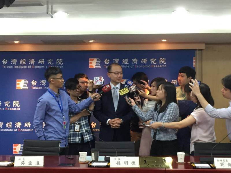 台灣經濟研究院25日上午發表國內總體經濟預測季景氣動向調查。(photo by 陳恩潔/台灣醒報)