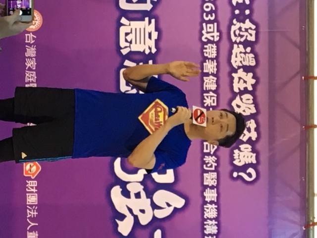 哈林在父親節當天化身為超人,延續孫越「戒菸及早,生命美好」的精神,鼓勵民眾戒菸,擁抱健康人生。(photo by 王淯意/台灣醒報)