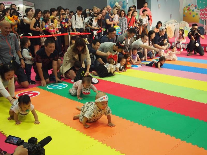 圖說:許多充滿活力的寶寶們一同參與爬行大賽,期待獲得獎品。(photo by陳恩潔/台灣醒報)
