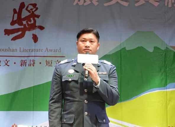 在地書寫散文類社會組第一名游智雄,以「飛越都蘭山」獲得首獎,為軍旅生涯增添光榮的一頁。(主辦單位提供)