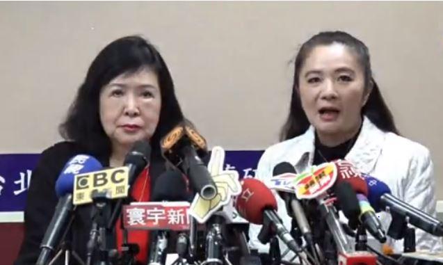 資深藝人鄭惠中傍晚在議員應曉薇陪同下出面向文化部長鄭麗君致歉。(直播截圖)