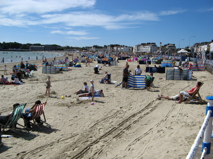 Weymouth_beach_on_a_hot_summer_day_-_geograph.org.uk_-_522260