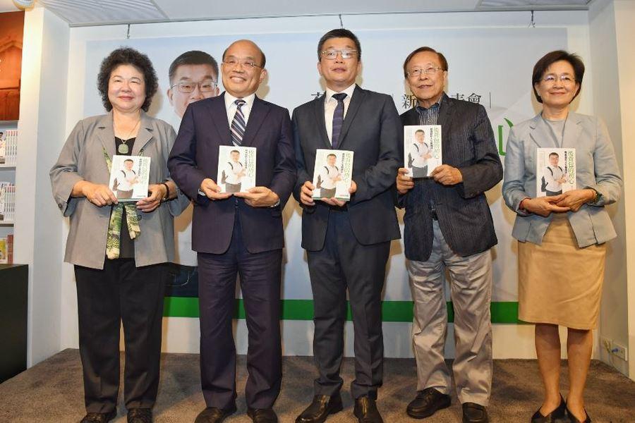 圖說:陳菊(左1)、蘇貞昌(左2)出席蔡其昌(左3)新書發表會。(行政院提供)