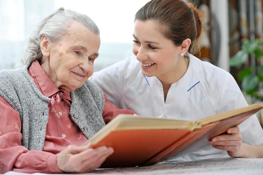 老人在防疫隔離措施下更顯弱勢,歐美各有不同方式幫助他們度過難關。(Photo by agilemktg1 on Flickr under C.C License)