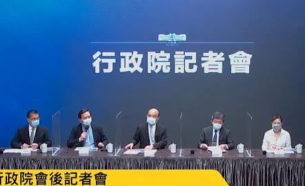 行政院長蘇貞昌率部會首長15日上午緊急召開臨時記者會,宣布雙北即起三級警戒。(網路截圖)